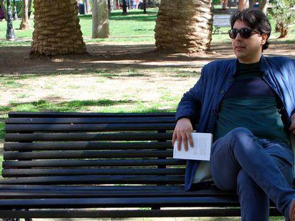El autor Mohamed El Morabet, con el libro 'Un solar abandonado'.