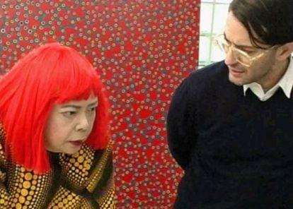 Marc Jacobs y Yayoi Kusama en en documental 'Marc Jabos y Louis Vuitton', probablemente una de las escenas más extrañas de los documentales sobre moda
