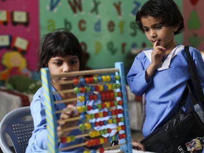 Aqsa Tahir, de seis años, en la escuela de Kot Azam Khan, en Pakistán.