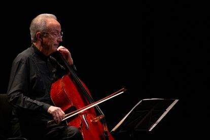 Lluís Claret durante la interpretación de la Suite para violonchelo núm. 1 de Bach.