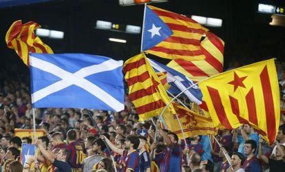 Banderas escocesas y 'esteladas', en el partido de ayer en el Camp No