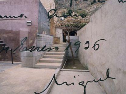 Patio de la casa natal de Miguel Hernández, en Orihuela, con un texto de su puño y letra reproducido sobre un cristal.