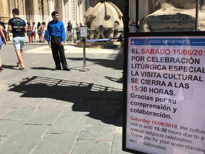 Un cartel a la entrada de la catedral de Sevilla avisa de que las visitas se interrumpirán a las 15.30. En vídeo, primeras imágenes de los novios.