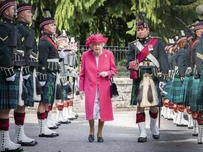 La reina Isabel II pasa revista a la Compañía Balaklava, durante la ceremonia oficial de bienvenida en Balmoral.