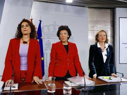 La ministra de Hacienda, María Jesús Monterom la ministra de Educación y portavoz del Gobierno, Isabel Celaá, y la ministra de Economía, Nadia Calviño.