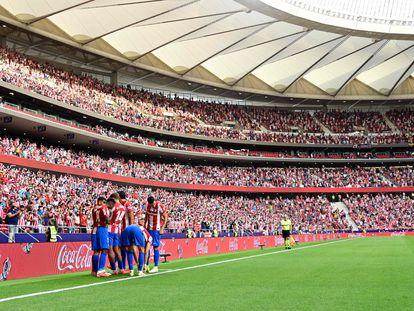 Los jugadores del Atlético celebran el gol de Correa ante el Elche este domingo en el Wanda Metropolitano.