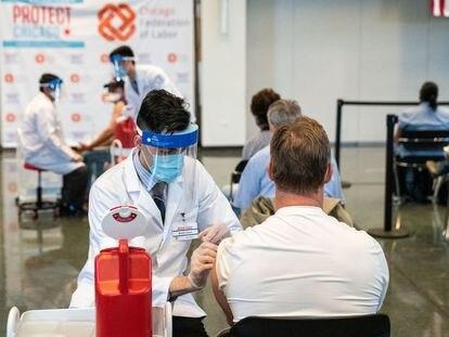 Un hombre recibía a principios de abril la vacuna de Janssen en Chicago.
