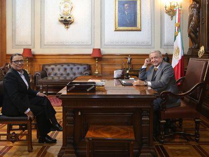 Andrés Manuel López Obrador, este lunes con la secretaria de Seguridad Pública, Rosa Icela Rodríguez.