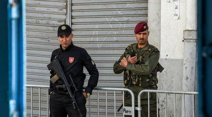 Un soldado (d) y un policía tunecino, en abril en Túnez.