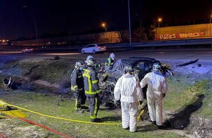 Miembros del Cuerpo de Bomberos de la Comunidad de Madrid y del SUMMA 112 en la M-50 a la altura del kilómetro 51,700, en el término municipal de Getafe, tras producirse el accidente.