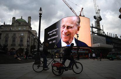 Una gran pantalla en Piccadilly Circus (Londres) anunciaba este viernes la muerte del duque de Edimburgo.