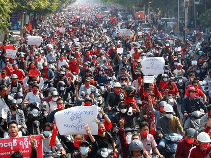 Manifestación contra la junta militar y en favor de la democracia, este domingo en Mandalay,.