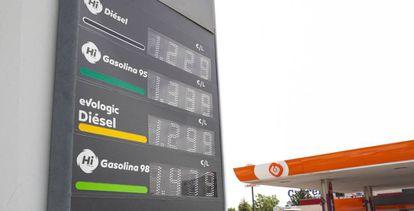 Panel informativo de precios de los combustibles en una gasolinera de Madrid.