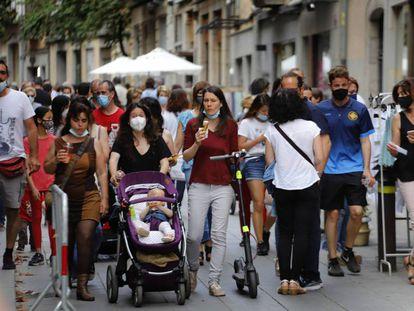 Gente paseando por el centro de Girona. CRISTÓBAL CASTRO