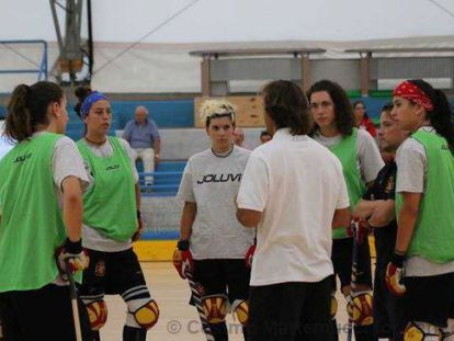 Alejandro Domínguez charla con sus jugadoras.
