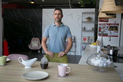 Carlos Navarro, en su tienda de muebles, azulejos y material de construcción Rufino Navarro, en Madrid