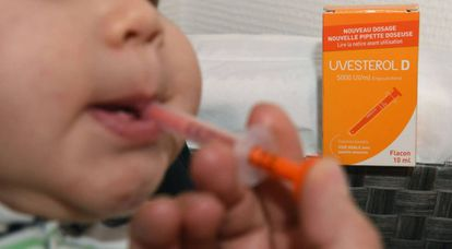 Un niño toma vitamina D con pipeta.