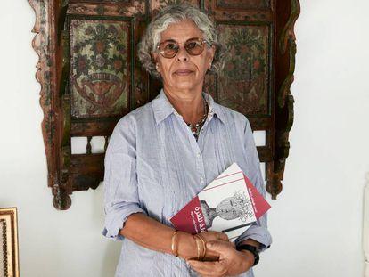 Haifa Zangana, en su residencia de Túnez con un ejemplar de 'Una fiesta para Thaera' en la mano.