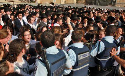La policía israelí controla a un grupo de ultraortodoxos que trataban de impedir el rezo de las mujeres.