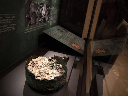 Caldero restaurado con más de 8.000 monedas romanas que se expone en el Museo Arqueológico Nacional.