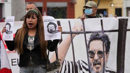 Gente celebrando el sábado la muerte de Abimael Guzmán, en la puerta de la prisión, en Lima.