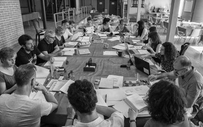 El equipo de 'La catedral del mar', en una reunión de trabajo en los estudios El Álamo.