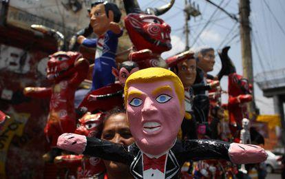 """Un muñeco con la imagen de Trump, en la tradicional """"quema de Judas"""", en la Ciudad de México."""