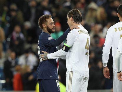 Neymar y Ramos se saludan tras un Real Madrid-PSG de Champions de noviembre de 2019.
