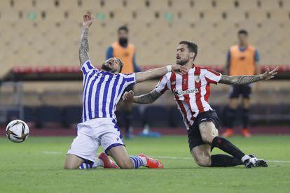 Iñigo Martínez comete penalti sobre Portu en la final de Copa entre el Athletic y la Real disputada el 3 de abril en la Cartuja