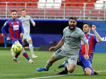 Oliveira saca el balón ante Fekir.