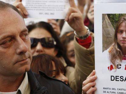 El padre de Marta del Castillo, junto a una foto de su hija.