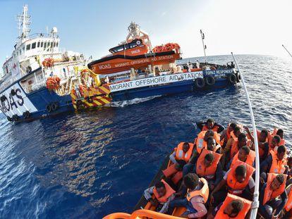 El barco de rescate Topaz Responder de la ONG maltesa Moas y la Cruz Roja italiana, participa en el rescate de migrantes.