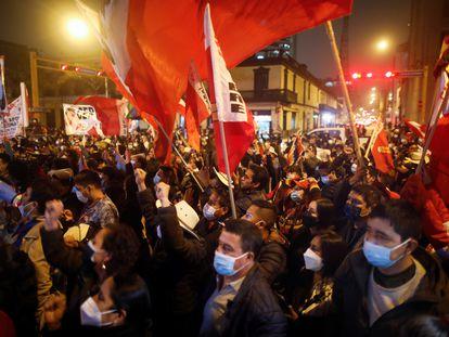 Seguidores de Pedro Castillo celebran la proclamación del izquierdista como presidente de Perú, este lunes.