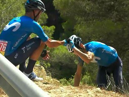 El ciclista Alejandro Valverde (Movistar Team) tras caerse en la séptima etapa de La Vuelta 2021, ayudado por su compañero José Joaquín Rojas.