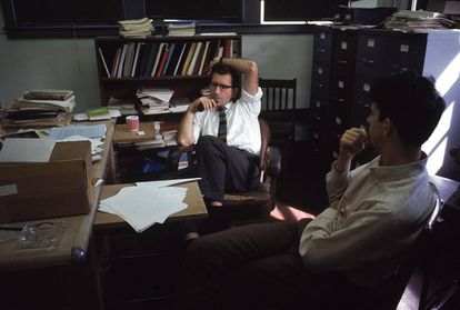 Noam Chomsky (izquierda) en 1967 en su despacho del MIT (Instituto Tecnológico de Massachusetts) con un estudiante.