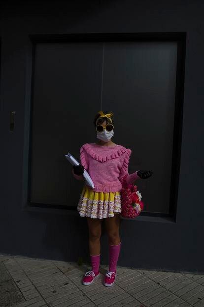 Paula, de 24 anos, sale a hacer la compra con su mascarilla en Vilagarcía de Arousa.