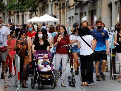 Gente paseando por el centro de Girona, el 6 de junio.