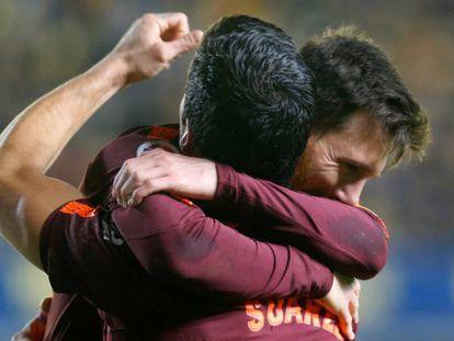 Messi y Luis Suárez se abrazan tras uno de los goles.
