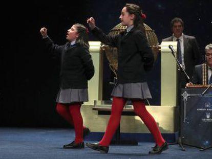 Yanisse Alexandra y Nazaret Blanco cantan cinco números agraciados en una sola tabla Nerea Pareja y Aya Ben Hamdouch ponen al público en pie con su continuo y prolongado tono de los 1.000 euros