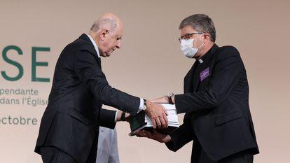 Jean-Marc Sauvé, a la izquierda, entrega copias del informe sobre pederastia al obispo Eric de Moulins-Beaufort, presidente de la Conferencia Episcopal de Francia, este martes en París.