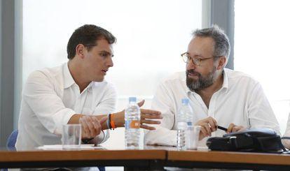 Albert Rivera (d) conversa Juan Carlos Girauta, ayer.