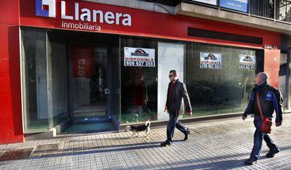 Fachada de la sede de la inmobiliaria Llanera, a la venta, en Valencia.