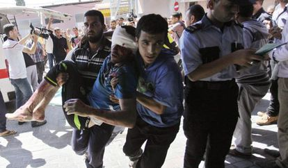 Traslado de un palestino, herido en uno de los ataques de Israel, este martes, en Gaza.