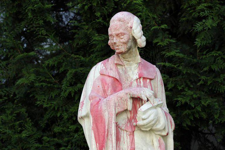 Una estatua de Voltaire, cubierta de pintura roja durante una protesta en París, el 22 de junio.