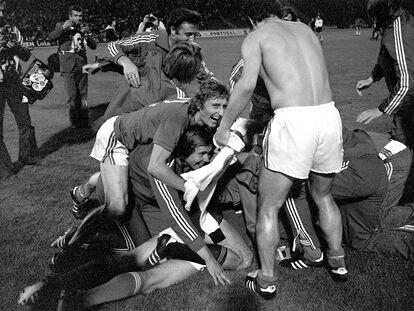 Los jugadores de Checoslovaquia celebran el título de la Eurocopa del 76 tras ganar a Alemania en los penaltis el 20 de junio de 1976 en Belgrado.