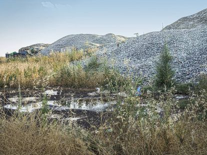 Zona trasera de las instalaciones de Recycling Hispania en Ajalvir, con los residuos de vidrio que empiezan a ocupar otro terreno.