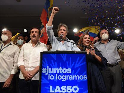 Guillermo Lasso celebra su triunfo en las elecciones de Ecuador, este domingo en Quito.