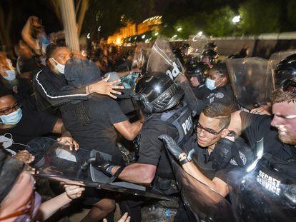 La policía carga contra una manifestación enfrente de la Casa Blanca, el pasado 30 de mayo.