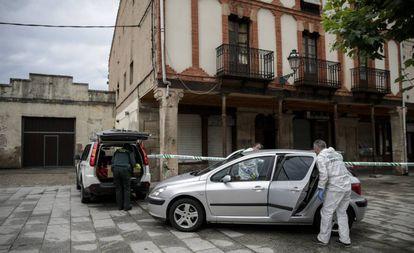 Agentes de criminalística de la Guardia Civil frente a la casa acordonada de la víctima de violencia machista Monika Asenova en la Plaza Mayor de Salas de los Infantes, en Burgos.