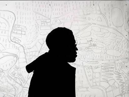 Andrés Fernández junto a uno de sus mapas en Matadero, Madrid.